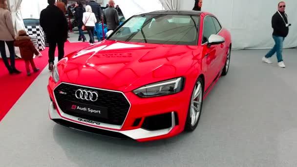 Monte Carlo, Monako-18. února 2018: Červené Audi Rs 5 Coupe na displeji během Siam 2018 (Monako autosalonu). Audi je německý automobilový výrobce že vzory, inženýři, vyrábí luxusní vozidla - 4k Video