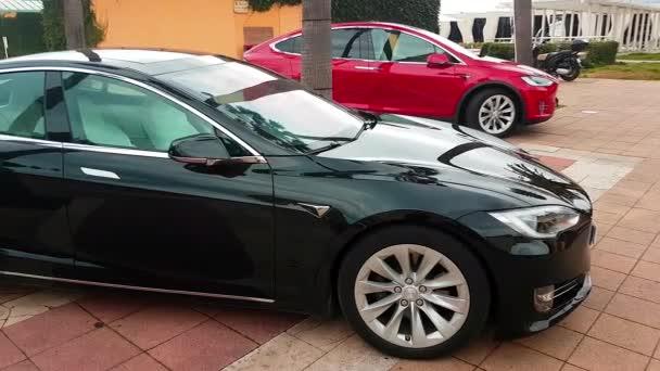 Menton, Francie - 3. března 2018:-luxusní černé Tesla Model S a červená elektromobily Tesla Model X zaparkoval na náměstí v Mentonu na francouzské Riviéře – 4 k Video