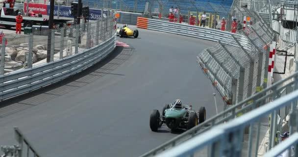 Monte Carlo, Monako-11. května 2018: F1 Grand Prix auta (1961-1965). Volné tréninky. Staré závodní auta zrychlení podél křivky (pohled zezadu). Grand Prix Historique z Monaka 2018 - Dci 4k rozlišení