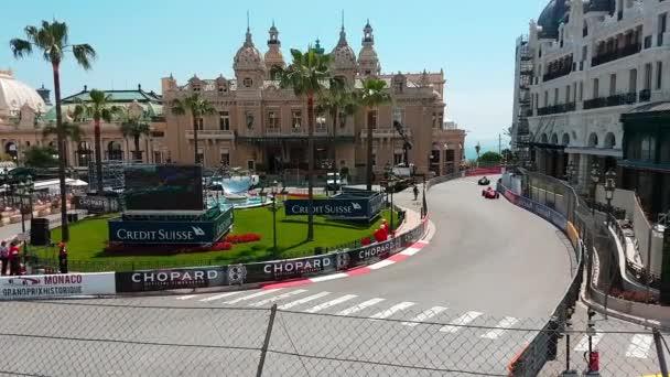 Monte Carlo, Monako-11. května 2018: Stará závodní auta Grand Prix Historique Monako 2018 před Monte-Carlo Casino, Casino Square - rozlišení 4 k
