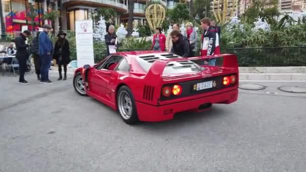 Monte-Carlo, Monako - 30. listopadu 2019: Man Driving Red Ferrari F40 Supercar Gt (Zadní pohled s výfukovými zvuky) At Monte-Carlo Casino Square In Monaco On The French Riviera, France, Europe - 4k Video