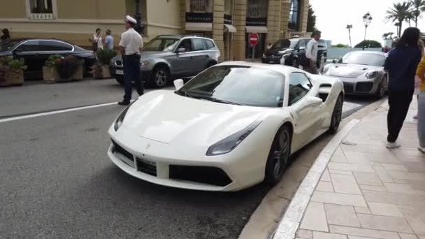 Monte-Carlo, Monako - 27. září 2019: Luxusní bílé Ferrari 488 Gtb Supercar (pohled zepředu) zaparkované před kasinem Monte Carlo v Monaku na francouzské riviéře, Evropa - 4k Video