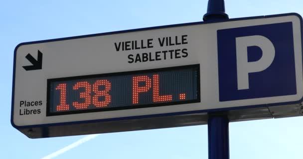 Menton, Franciaország - December 24, 2019: Forgalmi tábla Megmutatja a parkolóhelyek számát Elérhető, Underground Parking Sign With Letter P And Arrow, Europe. Close Up View - Dci 4k felbontás