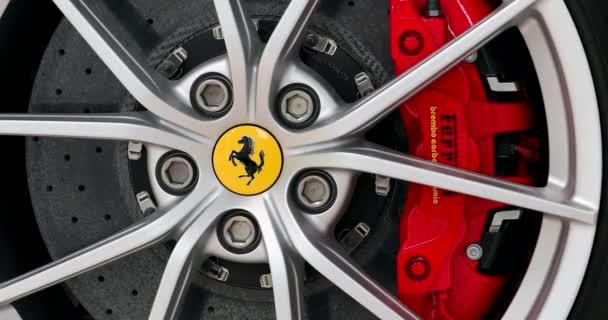 Modena, Itálie - 18. ledna 2020: Ferrari Prancing Horse Badge (Logo) On The Car Alloy Wheel Rim Of A Luxurious Italian Sports Car In Modena, Italy, Europe. Zavřít pohled - Dci 4k Video