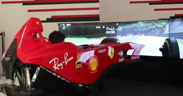 Modena, Itálie - 18. ledna 2020: Mladý muž řídí realistickou Ferrari Formule 1 Simulator Video Game, Evotek F1 Simulator In Modena, Itálie, Evropa. Zavřít boční pohled - Dci 4k Video