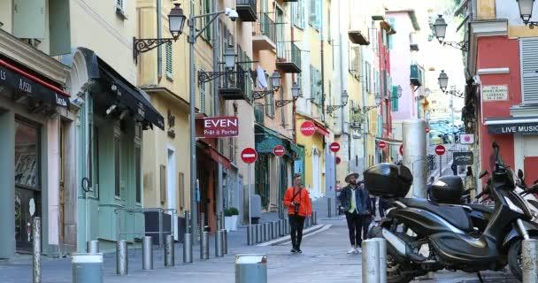 Nice, Francie - 3. února 2020: Turisté kráčející po ulici (Rue Rossetti) ve starém městě Nice On The French Riviera, Francie, Evropa - Dci 4k Video