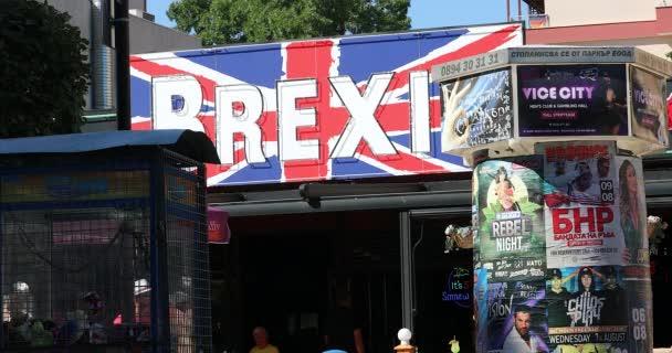 Sonnenstrand, Bulgarien - 7. August 2019: Brexit Bar und Restaurant Schild mit Werbeplakaten für Konzerte in der Straße des Sonnenstrandes (Slanchev Bryag), Bulgarien, Europa - Dci 4k Video