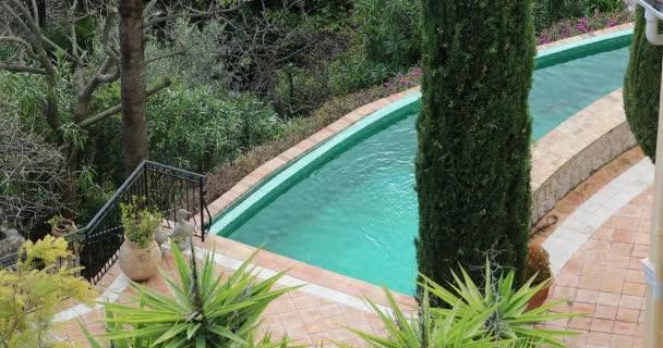 Schöner und luxuriöser Swimmingpool in einem mediterranen Garten an der französischen Riviera in Frankreich, Europa. Nahaufnahme - Dci 4k Auflösung