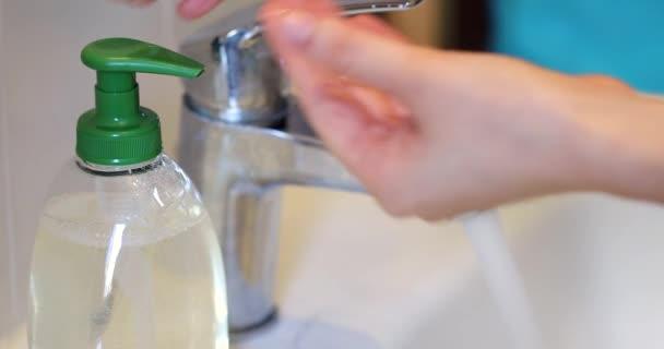 Covid-19 Coronavirus mossa kezeit folyékony szappannal folyóvíz alatt. Közelkép / Macro Shot - Dci 4k felbontás