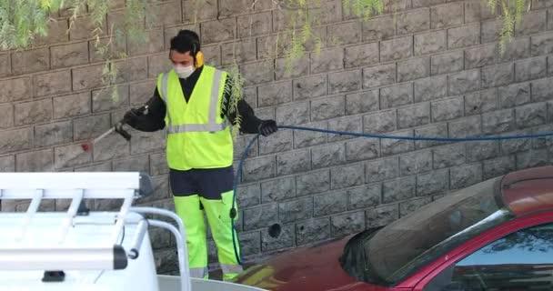 Roquebrune-Cap-Martin, Frankreich - 2. April 2020: COVID-19 Arbeiter desinfizieren den Straßenrand mit Hochdruck-Wasserstrahl, Coronavirus-Pandemie. Roquebrune-Cap-Martin, Frankreich, Französische Riviera, Europa - DCi 4K Auflösung