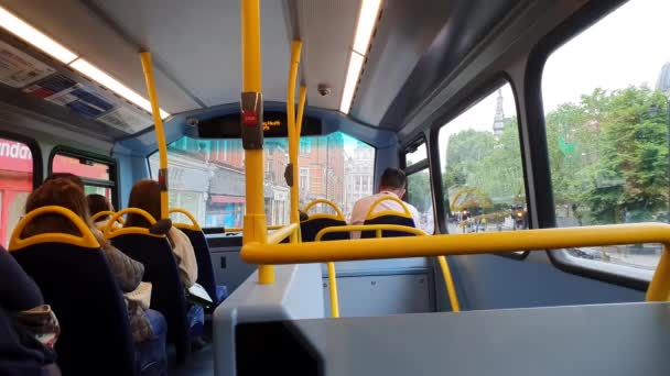London, Egyesült Királyság, 2019. május 29.: POV Inside View Of The Double Decker Bus, utasok Londonban, Egyesült Királyságban, Európában - 4K Resolution