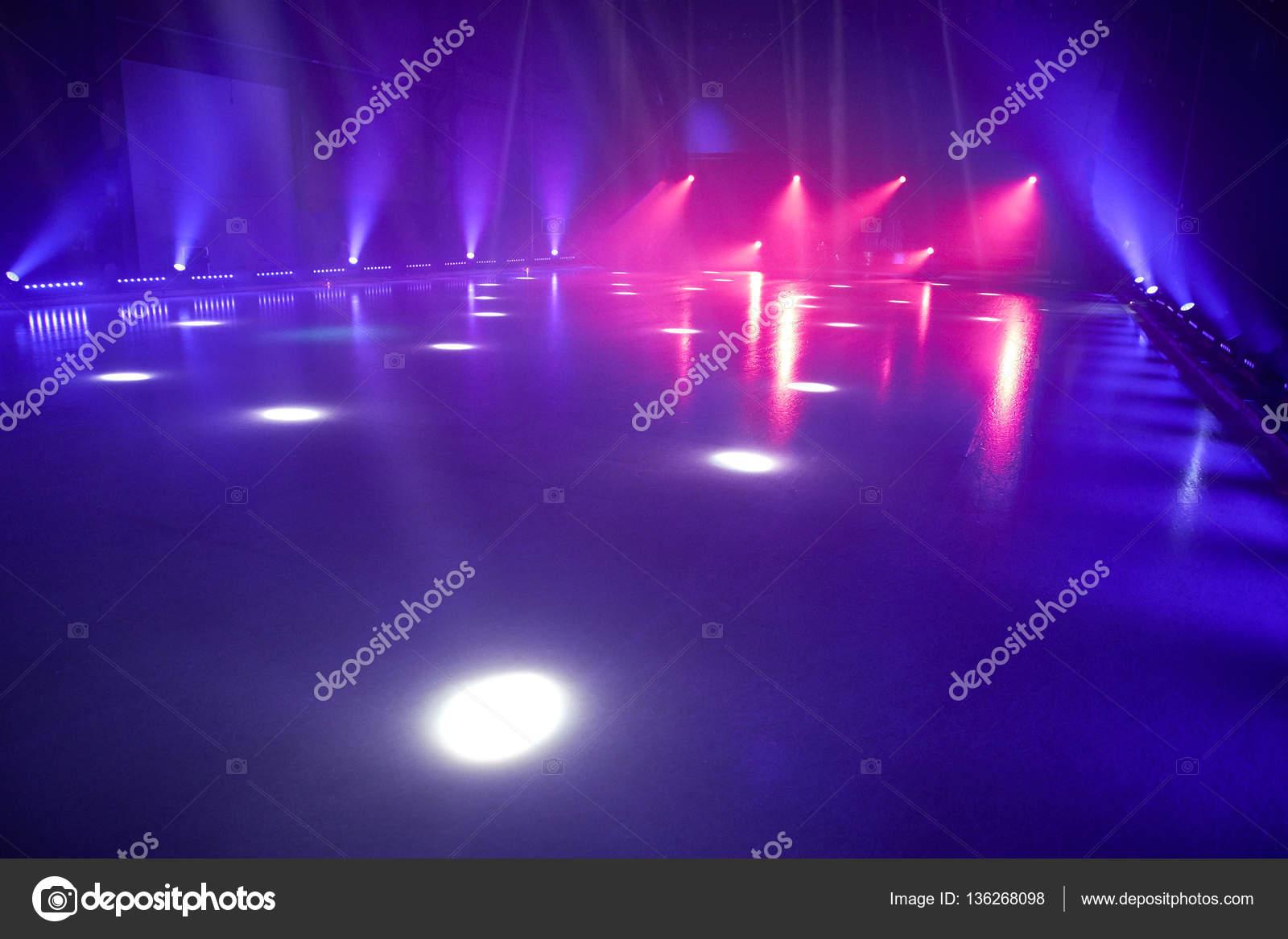 ijsvloer met podium verlichting voor ijs dansen — Stockfoto ...