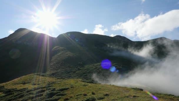 Erdő-völgy. Reggel köd. A zöld hegyek, fák