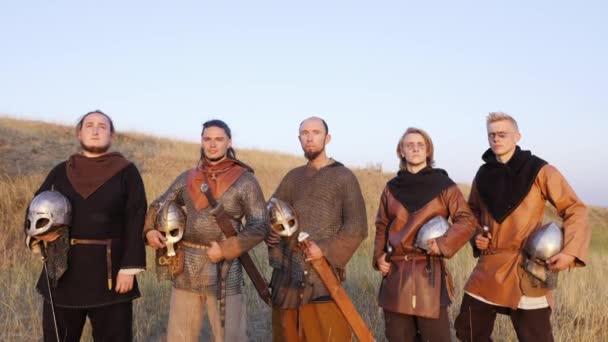 Vikingek portréja állandó, a kard és a sisak a kezében.