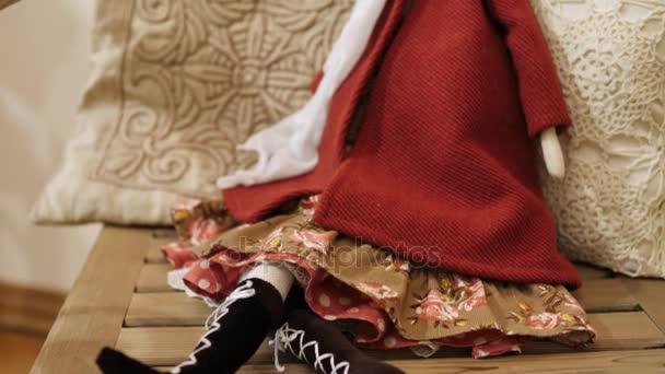 Detail krásné retro panenky na židli