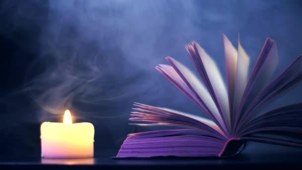 A nyitott könyv közelében, egy gyertya ég és színes, varázslatos füst legyeket..