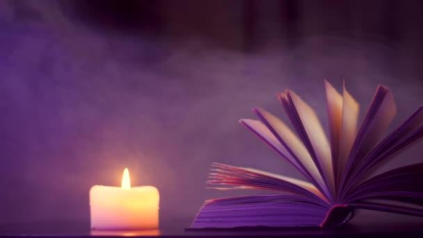 neben dem aufgeschlagenen Buch brennt eine Kerze und farbiger, magischer Rauch fliegt.
