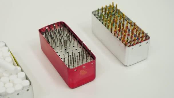 Fogászati műszerek a fogászati szekrényben. Az endodontikus eszközök közelsége