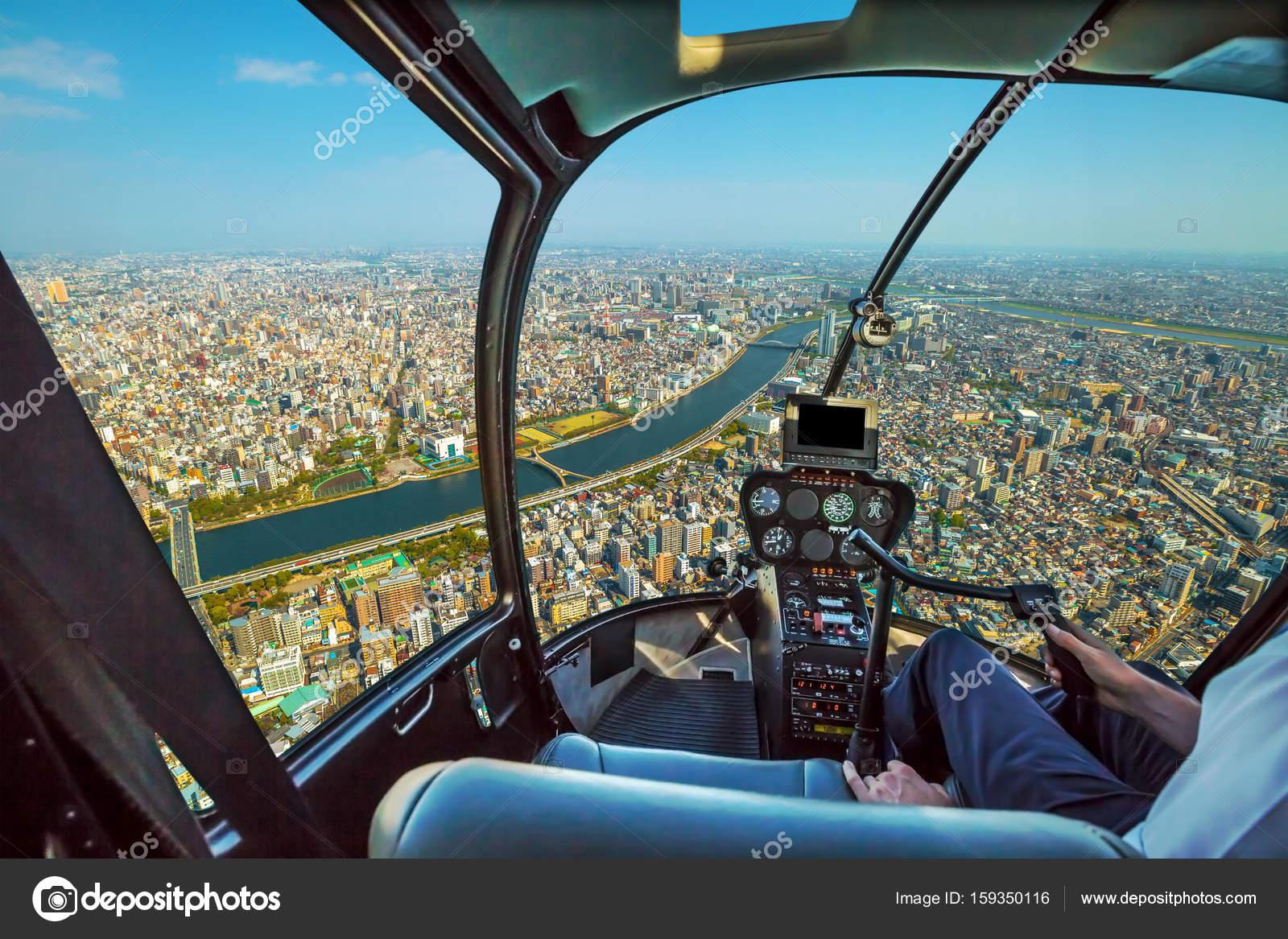 Elicottero Interno : Elicottero su skyline di tokyo u foto stock bennymarty