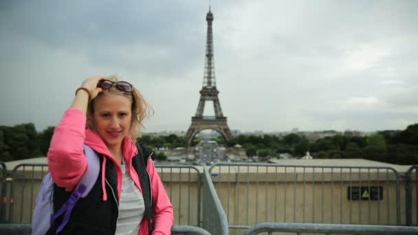 Usmívající se žena v Paříži