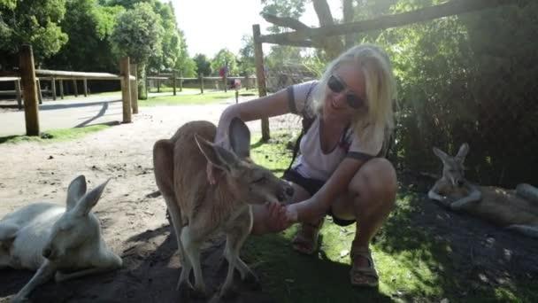 Žena kojí klokani