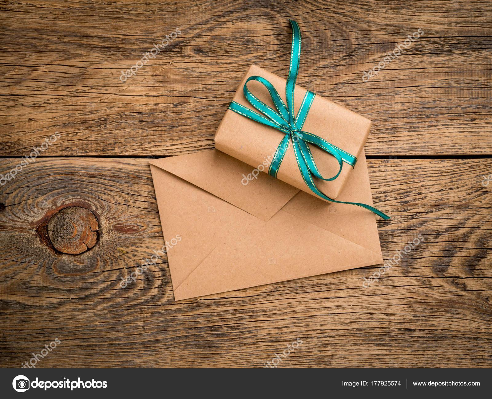Urlaub Geschenk-Box, gebunden mit grünen Band, Umschlag von Kraft ...