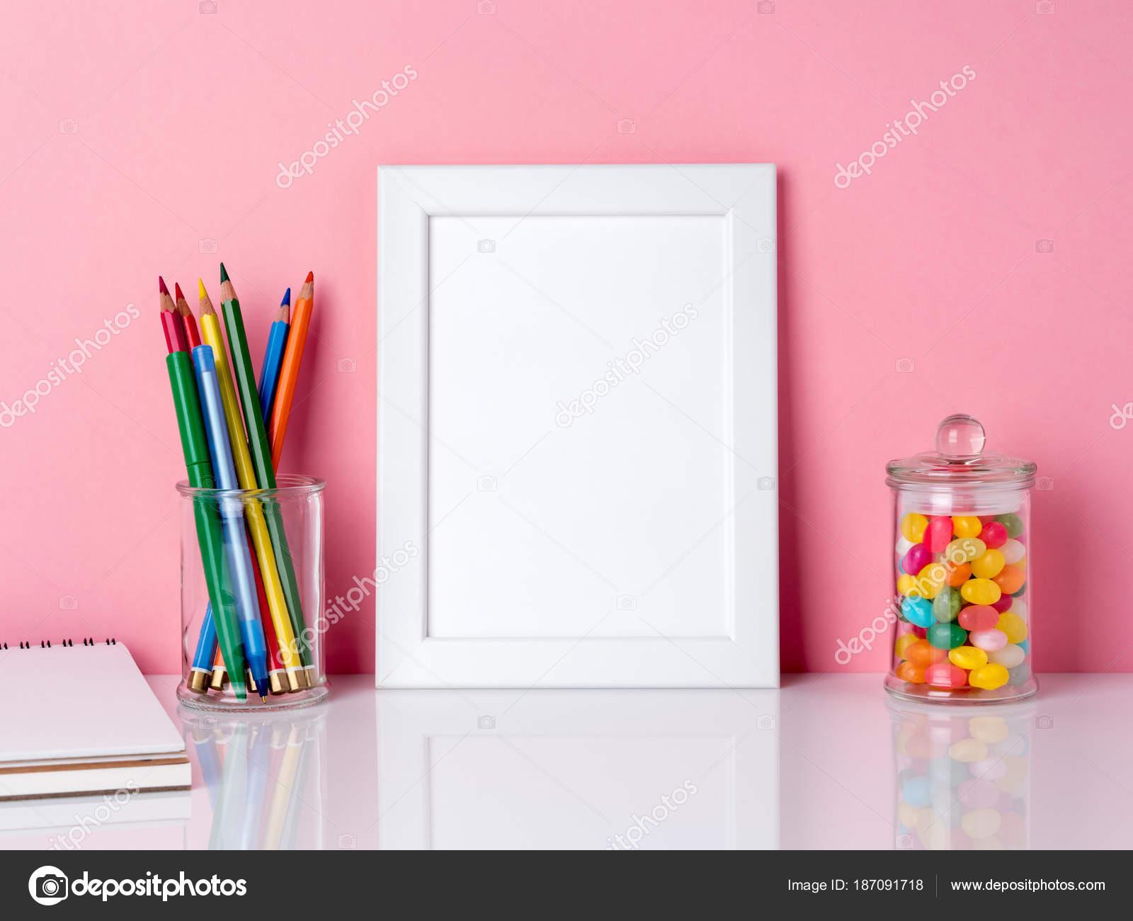 Leeren weißen Rahmen und Kreide in Glas, Kandis auf einer weißen ...