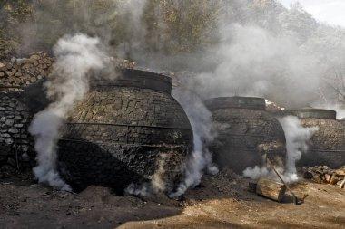 Ormanın içinde geleneksel bir şekilde kömür üretimi
