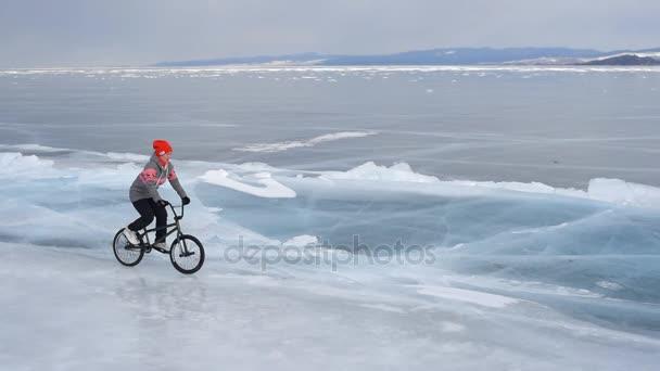 Ta holka jde na bmx na ledě