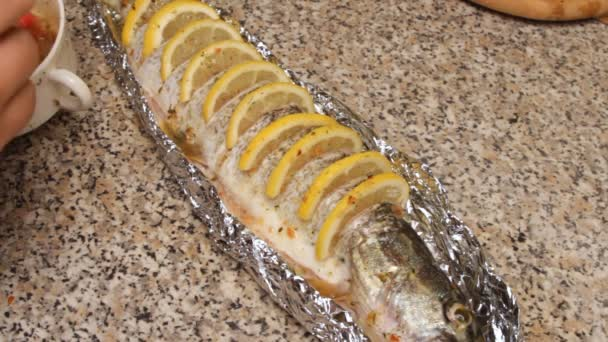 Preparation of fish with lemon in oil.