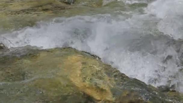 Voda v horské řece zpomalené video