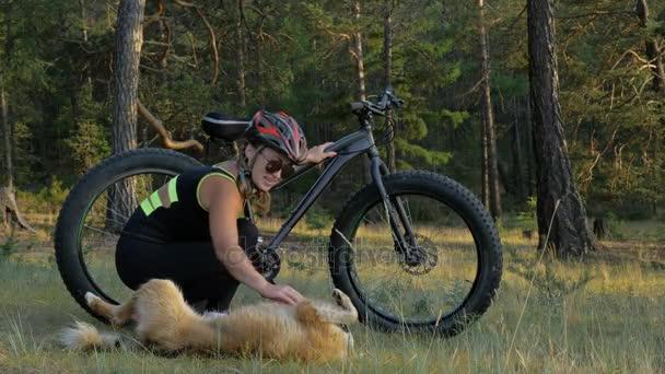 FAT bike neboli kola fatbike nebo fat tire bike v létě jízdy v lese