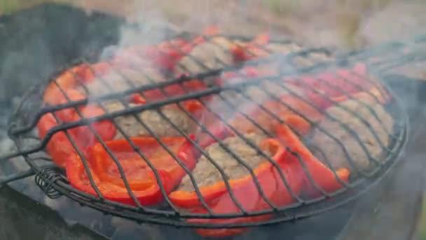 Kotleta z smažené maso na grilu s bulharské červené sladké papriky.