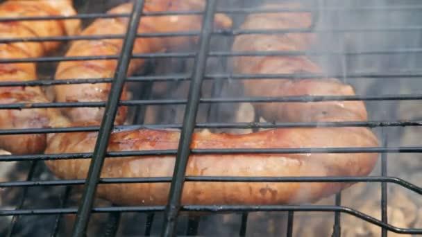 Sült kolbász, grill. Különböző eredeti nürnbergi Rostbratwurst.