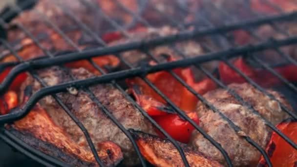Szelet sült hús, grill a bolgár piros paprika.