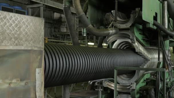 Herstellung von Kunststoff-Wasserrohren. Herstellung von Rohren für die Fabrik. der Prozess der Herstellung von Kunststoffrohren auf der Werkzeugmaschine unter Verwendung von Wasser und Luftdruck. Besondere Wellformen.