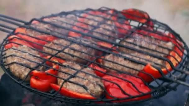 Kotleta z smažené maso na grilu s bulharské červené sladké papriky