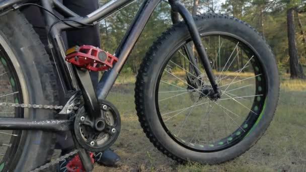 Más néven fatbike vagy zsír-gumiabroncs, kerékpár lovaglás az erdő nyáron kövér kerékpár.