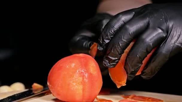 Kuchař dělá salsa. Salsa pro hamburgery na horké mexické hot recepty. Se připravuje z rajče, červené chilli papričky, cibule, bílé cibule. Všechny křídy jsou řez s nožem.