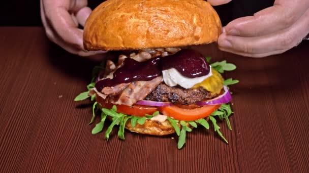 Vaření Burger na černém pozadí. Velmi lahodný vzduch bun a mramorovým hovězí. Restaurace, kde je každá karbanátky vařené ručně. Nebyly ideální. Vypadají opravdově, milující ručně vyrobené.
