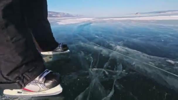 Osoba je bruslení na den. POV. Muž jezdit hokejové brusle v přírodě. Zimní venkovní zábava pro sportovce pěkné zimní počasí. Lidé na brusle užívat zimních aktivit v přírodě, baví
