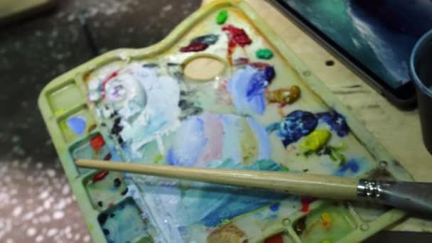 Umělec napodobitel malovat mořskou pláštěnku s lodí v oceánu. Řemeslník dekoratér čerpat jako loď plachty na modrém moři s akrylovou olejovou barvou. Tas prst, štětec, nůž.