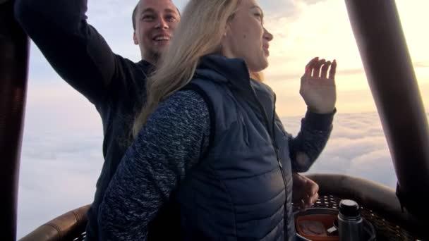Abenteuer Liebespaar im Heißluftballon Wassermelone. Mann und Frau küssen sich innig. Brenner, der Flamme in Umschlag dirigiert. glückliche Menschen.