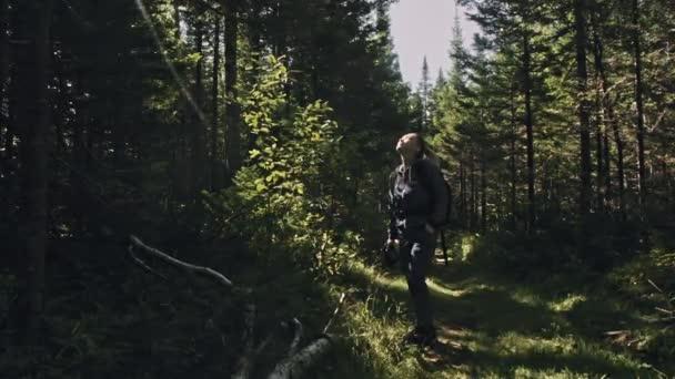 Utazó fényképezés festői kilátás az erdőben. Egy kaukázusi nő csodásan néz ki. Lány fotózni videó dslr tükör nélküli fényképezőgép.