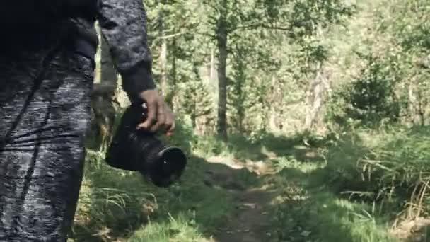 Utazó fényképezés festői kilátás az erdőben. Egy kaukázusi nő közelről lő. A lány kezében volt Dr. Tükör nélküli kamera. Kültéri.