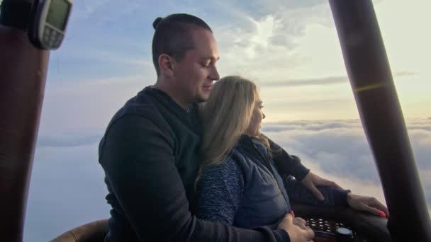Abenteuer Liebespaar im Heißluftballon Wassermelone. Mann und Frau küssen sich innig. Brenner dirigiert Flamme in Umschlag. Glückliche Menschen.