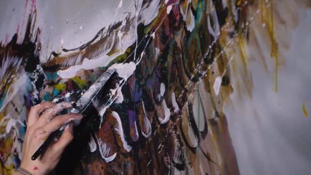Künstler-Designer zeichnet einen Adler an die Wand. Handwerker Dekorateur malt ein Bild mit Acryl-Ölfarbe. Zeitlupe 180fps.