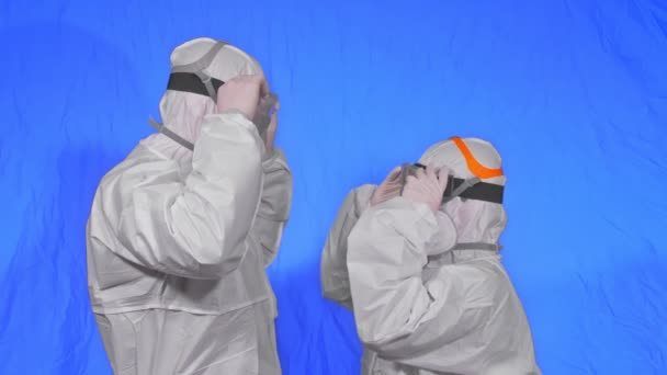 Orvos férfi és nő védőruhában, gáz védi az orvosi festékmaszkot. Szerelem pár csók és ölelés, egészségügyi dolgozó légzőkészülékben Covid-19.