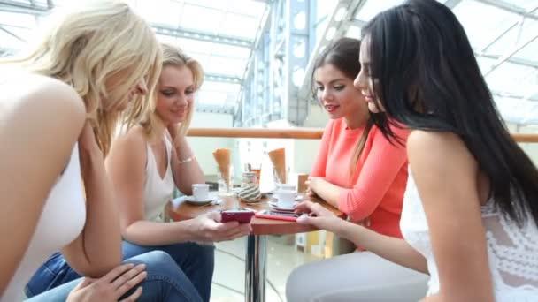 Ženy v kavárně po nakupování