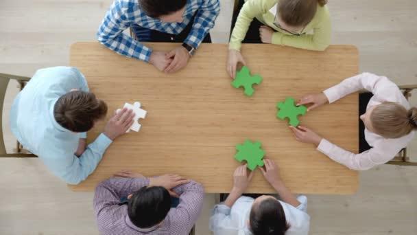 Lidé sestavování puzzle